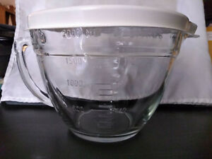 Pampered Chef 8 Cup 2 Qt. Quart Glass Measuring Mixing Batter Bowl With Lid.
