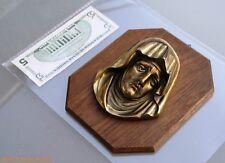 ancienne plaque religieuse  à suspendre tête en laiton sur plaque en bois
