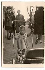 Petite fille poussant landau poussette - photo ancienne an. 1940