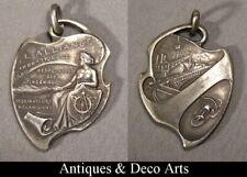 Médaille Pendentif Art Nouveau en Métal Argenté « L'Alliance Industrielle 1880 »