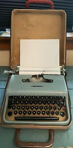 Vintage 1950s Olivetti Lettera 22 Portable Lightweight Typewriter w Case Works!