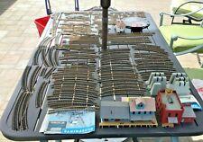LOT OF ATLAS TRAIN TRACKS HO SCALE BUILDINGS  + MORE