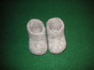 American Girl Kirsten's Sockor Slippers. Retired. GUC.