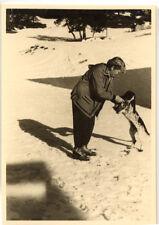 Femme avec chien promenade hiver neige - photo ancienne amateur an. 1940 50