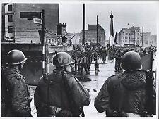 US Army & East German Military Berlin Wall Germany 1961 7x5 Inch Reprint Photo