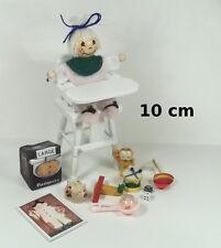 chaise haute avec bébé et jouets miniature,maison de poupée,vitrine  **OCC3