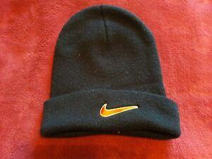 Bonnet en laine homme Nike noir et rouge.