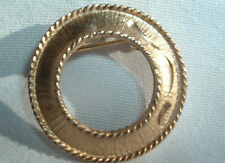 VINTAGE MAMSELLE BRUSHED GOLDTONE ROUND WREATH BROOCH PIN IN GIFT BOX