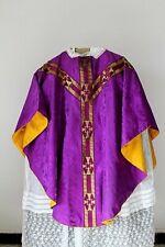 Chasuble gothique de prêtre violette soie damassée milieu XXe