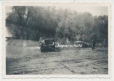 Halbkettenfahrzeug, Zugkraftwagen 18t - Sd.Kfz.9 wird aus Fluss gezogen (686)