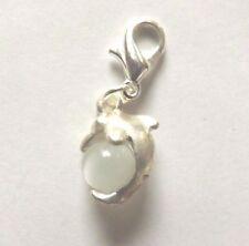 charms argentée dauphin perle oeil de chat en verre blanche