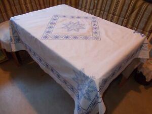 Antike Tischdecke 140x140 cm weißes Leinen blau bestickt Kreuzstich Handarbeit