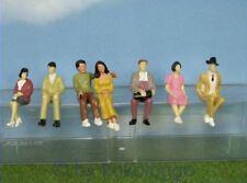F36 Spur 1 - 7 Stück sitzende Figuren 1:32 auch für Rennbahn Tribühne Zuschauer