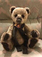 """GRANDE RETRAITE Charlie Bear Harrold, Grizzly fourrure, Bijou Écharpe 2013, 19"""" avec étiquettes"""