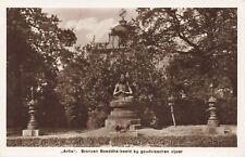 R215137 Artis. Bronzen Boeddha beeld by goudvisschen vijver. Kon. Zool. Natura A