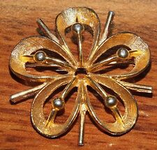 Women's Fashion Style Gold Toned Shiny Wire Work Thin Flower Shape Pin / Brooch