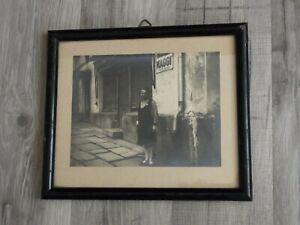 Altes, großes Foto im Rahmen, Frau vor Tante Emma Laden mit MAGGI Emailschild