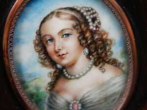 STUNNING  ANTIQUE PAINTED PORTRAIT MINIATURE OF A LADY IN A WOODEN FRAME