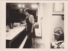ANCIENNE PHOTO COLO VACANCES TUDY-66/67- JEUNE FEMME PREPARANT LA TABLE/PANIER
