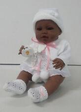 Berbesa - Bebe recién nacido negrita vestido blanco 42 cm vinilo. (5102N)