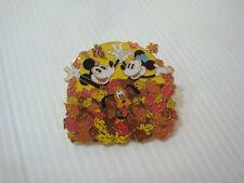 Pin's pins badge Disney série Mickey Minnie et Pluto dans les feuilles