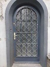 Alte Rundbogen Hauseingangstür aus Holz + Glas + Metallgitter