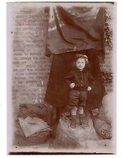 U207 Photographie originale vintage Portrait d'enfant avec drap suspendu