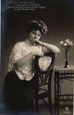 Frau, Stuhl, Tisch, Blumen, Foto-AK, 1909