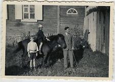 PHOTO ANCIENNE - VINTAGE SNAPSHOT - ENFANT CHEVAL PONEY DRÔLE -CHILD HORSE FUNNY