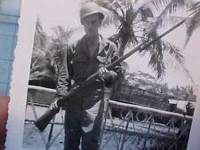 ORIGINAL WWII PHOTO - GI WITH CAPTURED JAPANESE ARISAKA RIFLE AND BAYONET