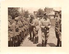 Offiziere beim Appell Funkwagen Trupp 9 Belgien