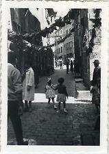 PHOTO ANCIENNE - VINTAGE SNAPSHOT - ST BONNET LE CHATEAU RUE ENFANT MODE - CHILD