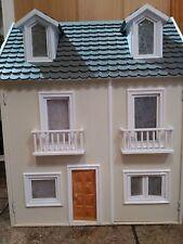 Casa de muñecas de madera recien pintada y saneada NO INCLUYE MUEBLES
