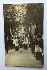 CPA Photographique . ALENÇON . 61 - Procession. Religion. Jardin. Prêtre. Suisse