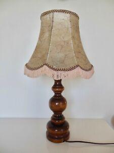 Lampe ancienne pied en bois tourné, abat jour pagode en vessie de porc