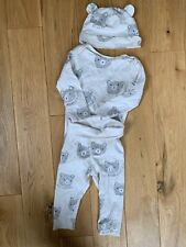 Bebé Niñas Tres Pieza Traje en rosa y crema con sombrero 6-9 meses Totalmente Nuevo
