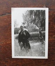 photographie originale Vintage family snapshot femme élégante jardin années 40
