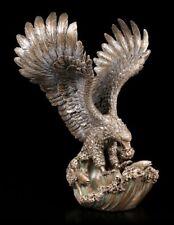 Adler Figur fängt Fisch aus dem Wasser - Vogel Greifvogel Natur Statue