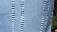 Hellblau, längs elastischer, quergestreifter Stoff