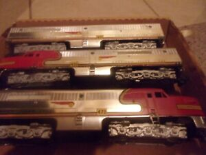 (Lot 128)American Flyer Santa Fe Chrome Passenger Set 4713 w/5 cars & uncoupler.