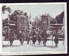 1930  --  INDOCHINE  TONKIN  PORTEURS DE FANIONS ET DE PARASOLS A CAO BANG  S345