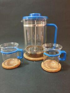 ☕VINTAGE BODUM GLASS BISTRO COFFEE/TEAPOT & 2 CUPS/CORK COASTERS-BLUE HANDLES