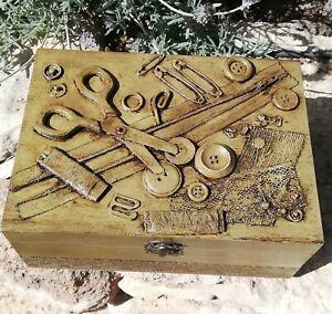 Costurero de madera decorado a mano con artículos de costura .Pieza única