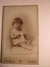 Rosenheim u. Grafing - auf einem Sessel sitzendes kleines Kind - Baby / CDV