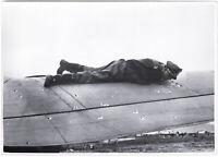 Pilot untersucht Einschüsse an seinem Flugzeug. Orig-Pressephoto, von 1940