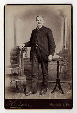 PHOTO - CABINET - Homme Costume Studio - KRUGER HOUTZDALE, PA - Vers 1900.