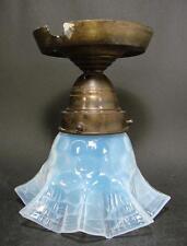 Jugendstil, Lampenschirm um 1900. Blau opalisierendes modelgeblasenes Glas.