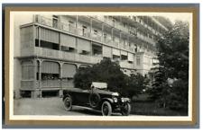 Suisse, Leysin, Une voiture d'époque devant l'Hôtel Chamossaire  Vinta