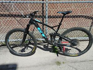 2018 GT SENSOR ELITE CARBON MOUNTAIN BIKE.   .99 NR