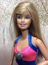L2) anni'90 Barbie con incantevole abito Barbie etichettato, SCARPE NUOVE... che le onde braccio.